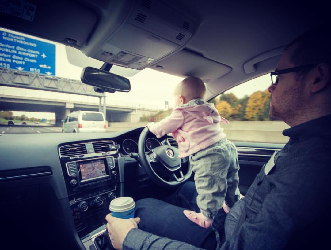 Een jong meisje is gephotoshopt op de schoot van haar vader waar door het lijkt of ze auto rijdt