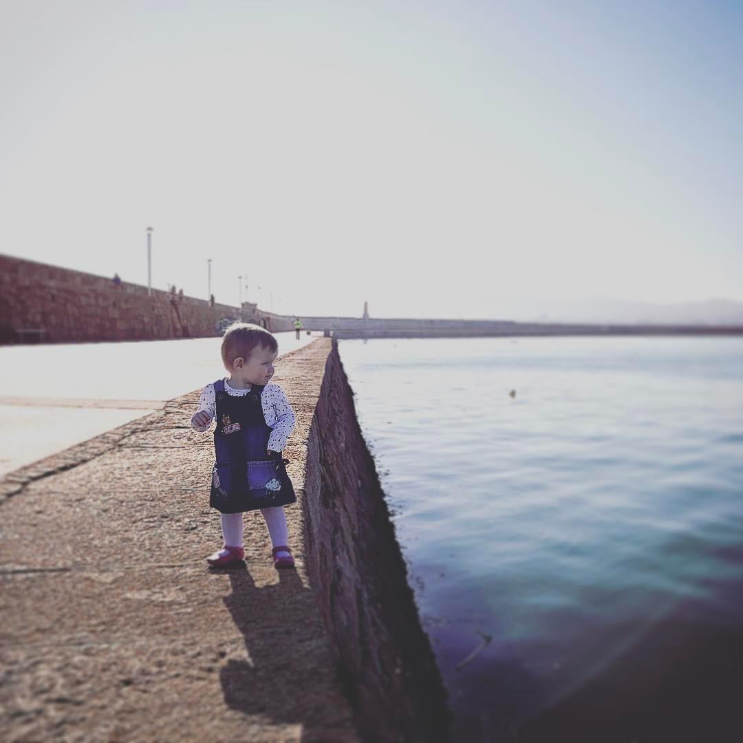Een jong meisje is gephotoshopt op de schoot van haar vader waar door het lijkt of zonder begeleiding langs het water loopt