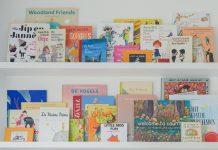 Boekenplanken vol met kinderboeken